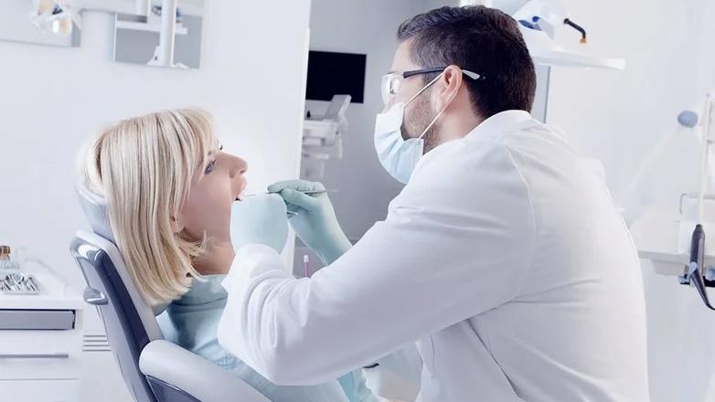 Стоматологи рекомендуют вовремя вылечить зубы, чтобы снизить риск заражения коронавирусом